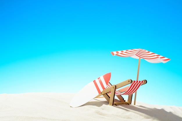 우산 아래 갑판 의자와 모래 해변에 서핑 보드, 하늘 복사 공간 여름 배경