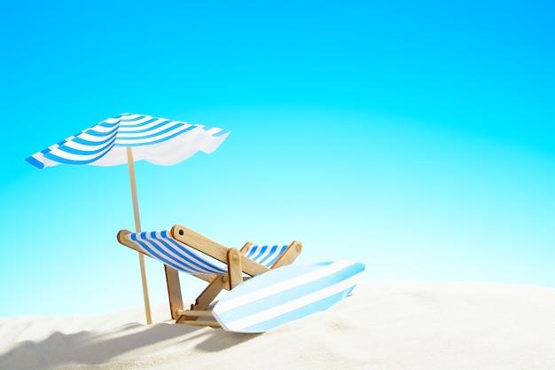 우산 아래 갑판 의자와 모래 해변에 서핑 보드, 복사 공간이있는 하늘