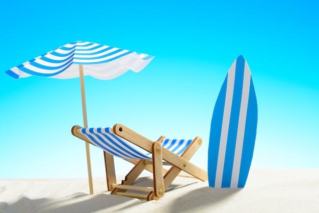 Шезлонг под зонтиком и доской для серфинга на песчаном пляже с копией пространства