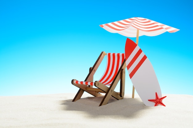 우산 아래 갑판 의자와 모래 해변에서 서핑 보드