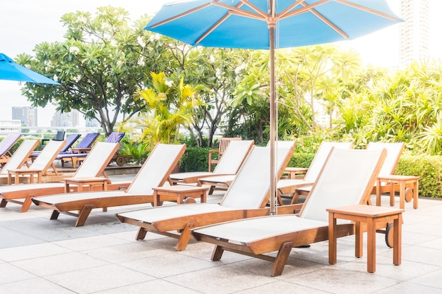 Sedie a sdraio e tavoli in legno in una giornata di sole