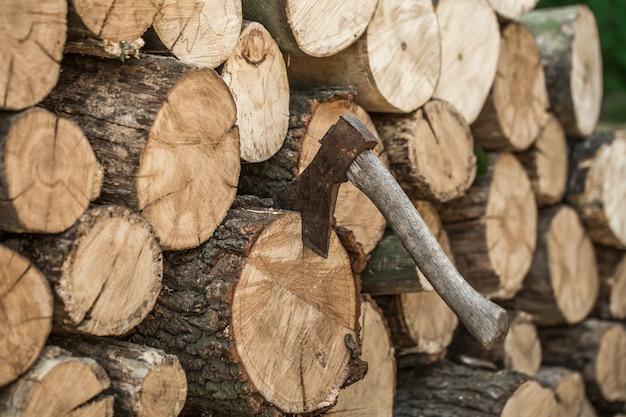 Un mazzo di tronchi impilati e un'ascia
