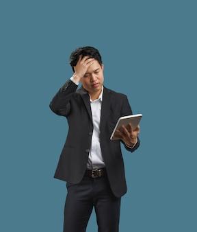 売上高の伸びの低下、covid-19パンデミック後の売上高の減少に関する文書を読んでいる若いビジネスマン