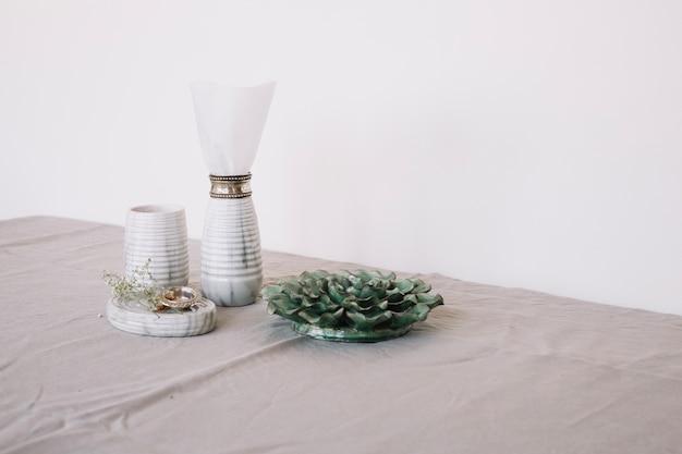 Декор и посуда в композиции