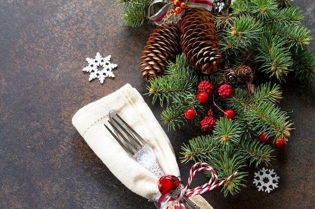 暗い石の背景にクリスマステーブルを飾る