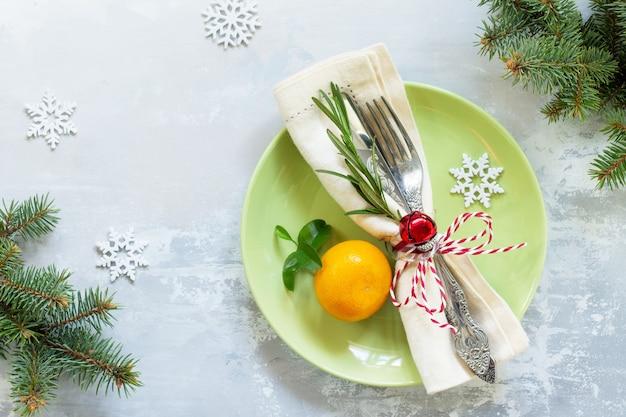 돌 또는 슬레이트 테이블에 장식 크리스마스 테이블