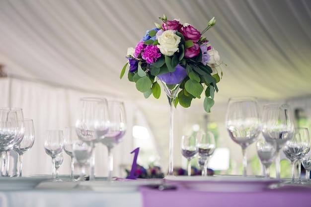 インテリアデザインラウンドテーブル真ん中に紫色のライラックストライプと白いテーブルクロス