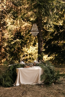 お祝いのテーブルの装飾、素朴なスタイル、テーブルの装飾。