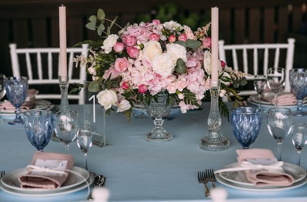 Декор на столе с столовыми приборами и цветами