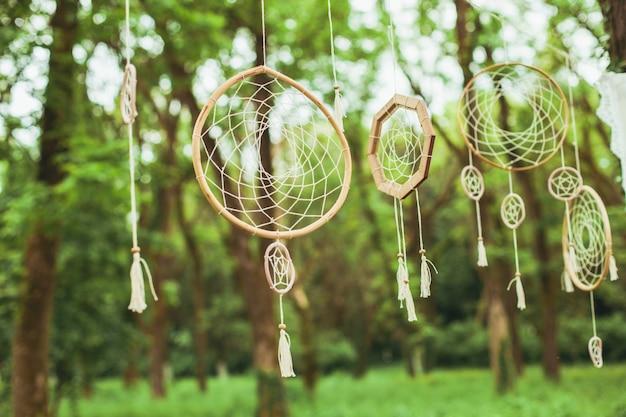 Декор с ловцами снов на фоне зеленого леса