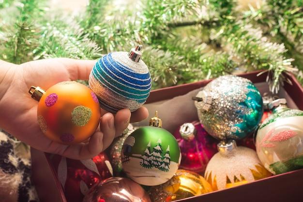 크리스마스 트리 빈티지 볼 장난감을 장식하십시오