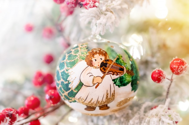 松の枝に掛かっているクリスマスボールを飾る