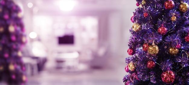 バナーサイズの紫色のテーマでクリスマスフェスティバルの松の木を飾る