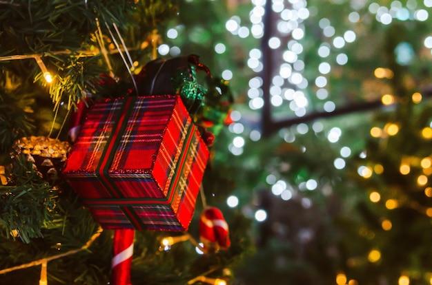 Украсьте старинный фон рождественской елки.