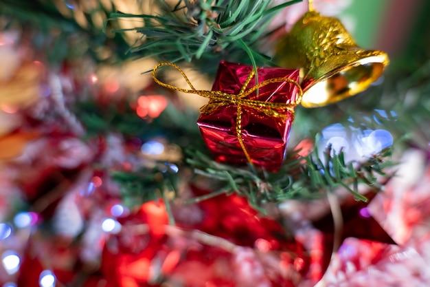 Ledライト、ボール、松ぼっくり、ベル、小さなギフトボックスなどのクリスマスデコレーションでクリスマスツリーを飾りましょう。