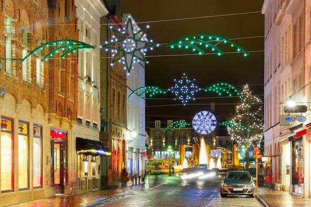 Украшенная и освещенная рождественская улица в брюгге, бельгия