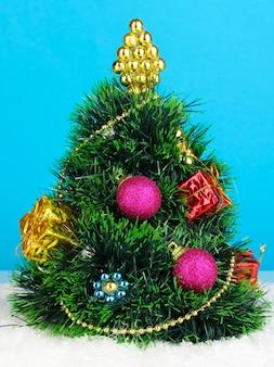 装飾された人工的なクリスマスツリー
