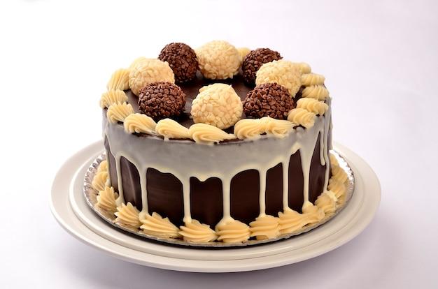 Украшенный праздничный торт на белой тарелке