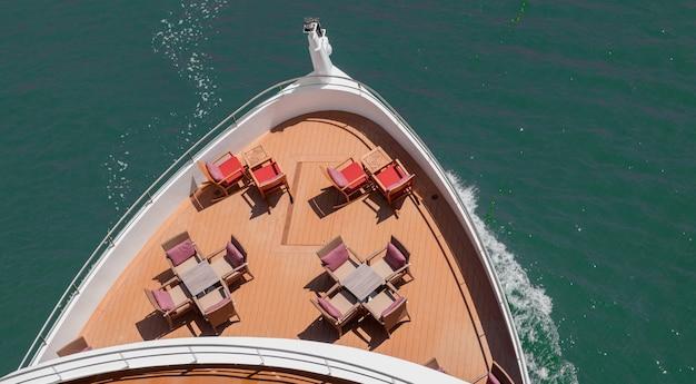 水上を航行するテーブルと椅子を備えた装飾されたボートの船首