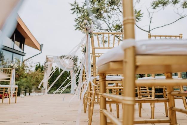 椅子の花嫁の装飾された花束