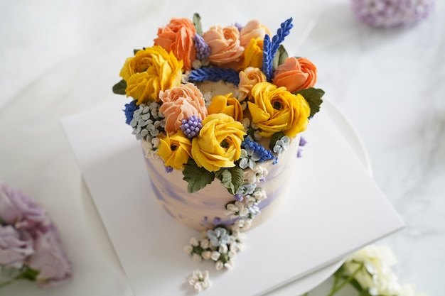 Украшенный торт с цветами на белом фоне