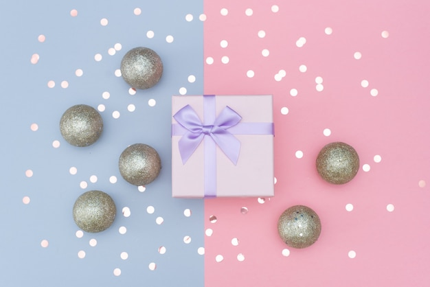 Украшенные новогодние подарки на абстрактном фоне