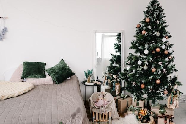 Украшенный новогодний интерьер декор с новым годом и рождеством