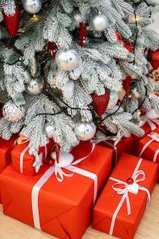 美しいモミの木のライトで飾られたクリスマスルーム