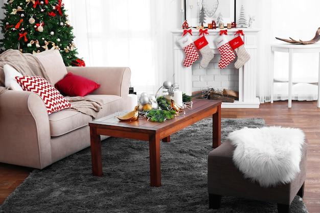 暖炉のある装飾されたクリスマスルーム