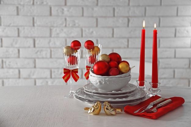 飾られたクリスマステーブルの設定。クリスマスメニューのコンセプト