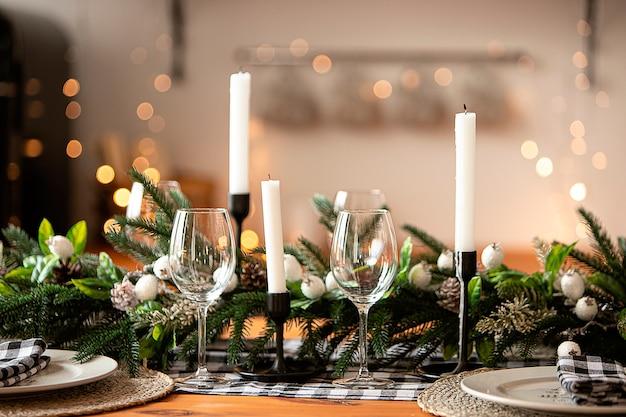 Украшенный рождественский стол.