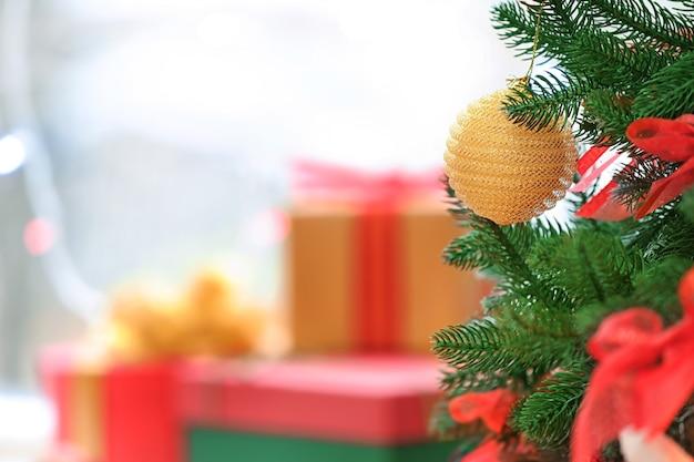 飾られたクリスマスツリーとぼやけた贈り物