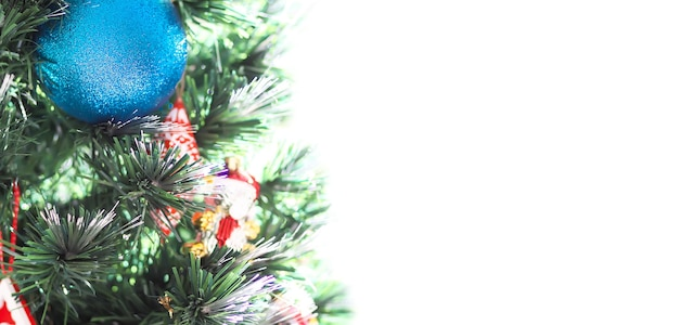 飾られたクリスマスツリーの枝。新年のポスター、バナー、カードのデザイン