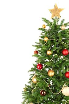 白で隔離の装飾されたクリスマスツリーのクローズアップ