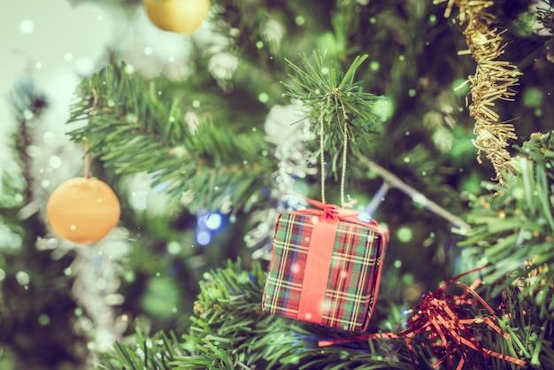 장식 된 크리스마스 트리 클로즈업