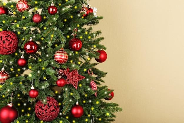 Украшенная елка крупным планом