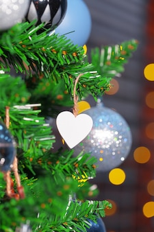 Украшенный крупный план рождественской елки.