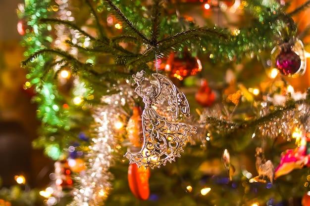 장식된 크리스마스 트리입니다. 축제 반짝 밝은 배경