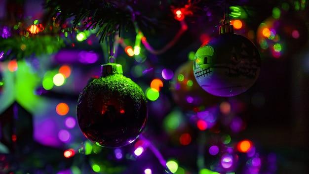 화려한 조명으로 장식된 크리스마스 트리