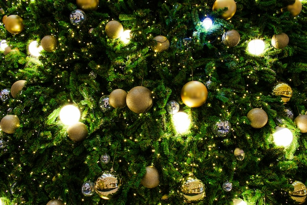 Украшенная новогодняя елка в серебряной и золотой тематике.