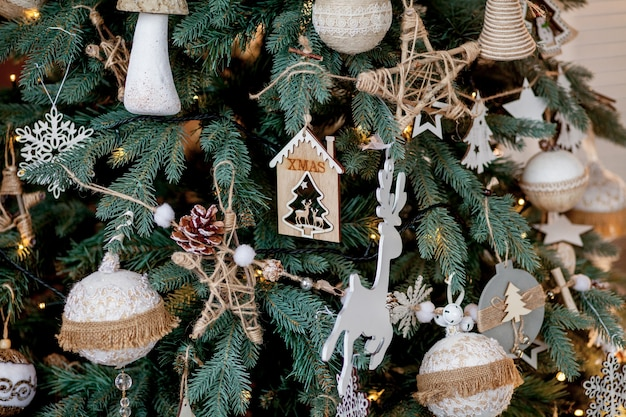 Украшенная рождественская елка на размытом, сверкающем и сказочном фоне.