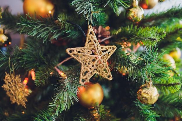 흐리게, 반짝 및 요정 배경에 크리스마스 트리 장식