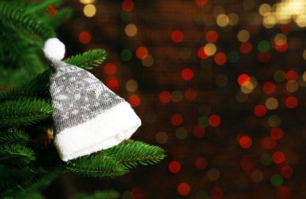ぼやけた、きらめくと妖精の背景に飾られたクリスマスツリー