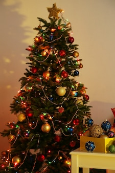 夜の家のインテリアの背景に飾られたクリスマスツリー