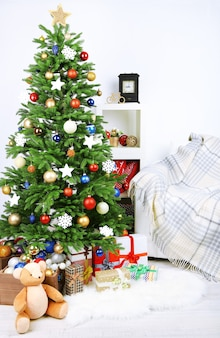 홈 인테리어 배경에 장식된 크리스마스 트리