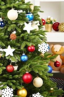 家の内部の背景に飾られたクリスマスツリー