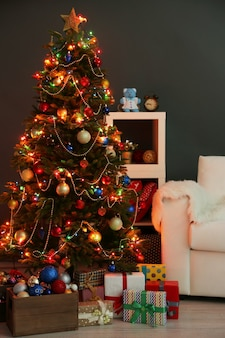 夜の家の内面に飾られたクリスマスツリー