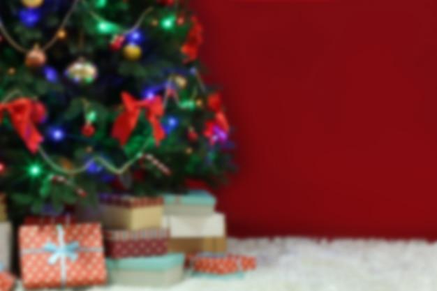 붉은 표면에 장식된 크리스마스 트리