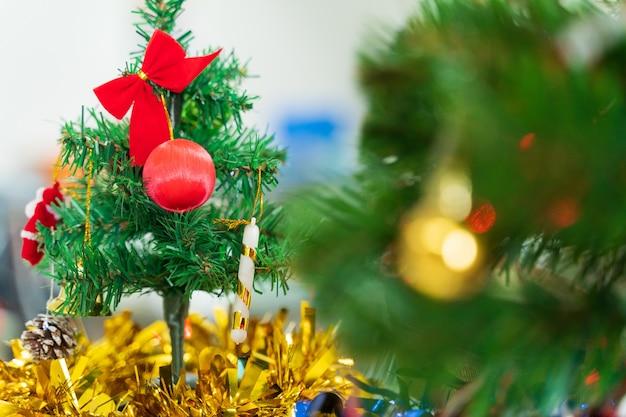 흐릿한 bokeh 빛 배경으로 장식된 크리스마스 트리입니다. 크리스마스와 새해 개념