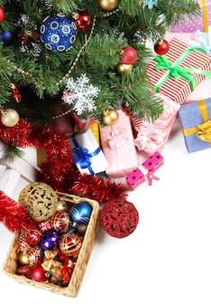 贈り物で飾られたクリスマスツリー、クローズアップ、白で隔離